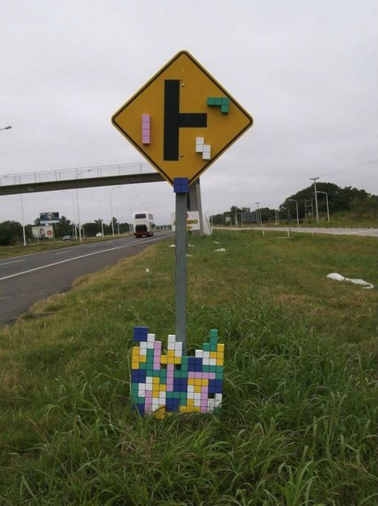 47cf5  funny photos signs improved by graffiti10 20 Public Signs Improved by Graffiti