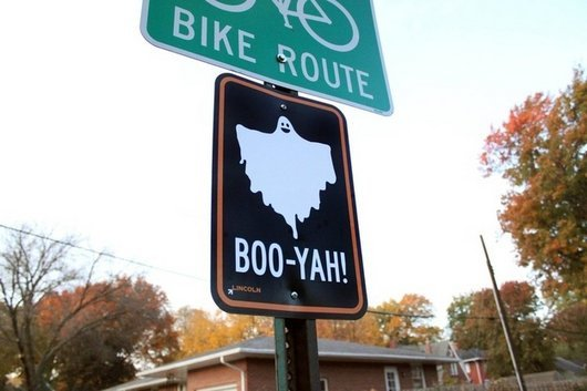 47cf5  funny photos signs improved by graffiti11 20 Public Signs Improved by Graffiti